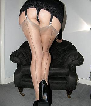 Femme d'affaires en porte-jarretelle sexy et chaussures à talon
