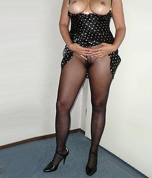 Femme mariée en collants sans culotte