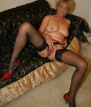 Femme cougar se caresse la chatte en lingerie sexy