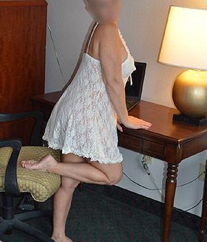 Femme cougar lyonnaise en nuisette sexy
