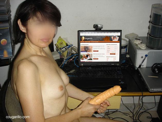 Webcam sexe avec un gode dans la main