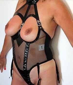 Femme libertine en combinaison cuir latex (SM soft)
