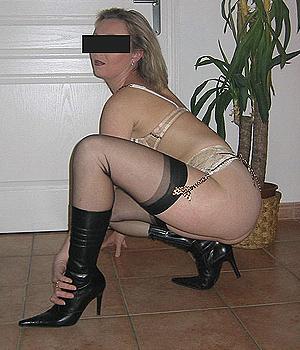 Femme chaude d'Amiens en bas nylon et bottes sexy