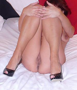 Femme infidèle nue à l'hôtel