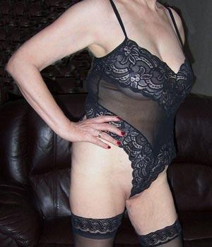 Femme cougar : body sexy et bas nylon