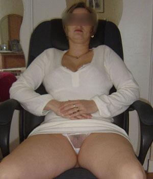 Femme sexy exhibe sa petite culotte