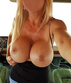 Femme Cougar grosse poitrine