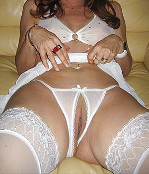 Femme infidèle exhibe sa chatte en string ouvert