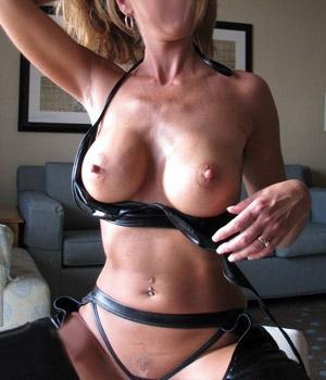 Femme mariée exhibe sa grosse poitrine
