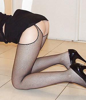 Femme sexy à quatre pattes