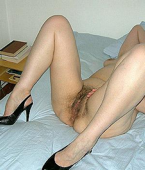 Femme mûre exhibe sa chatte poilue