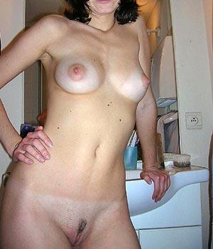 Jeune femme chaude et nue