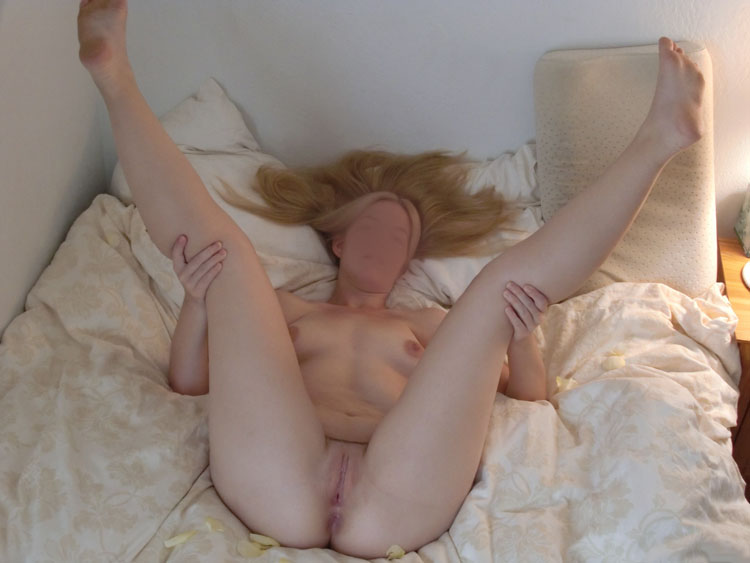 Blonde exhibe sa chatte