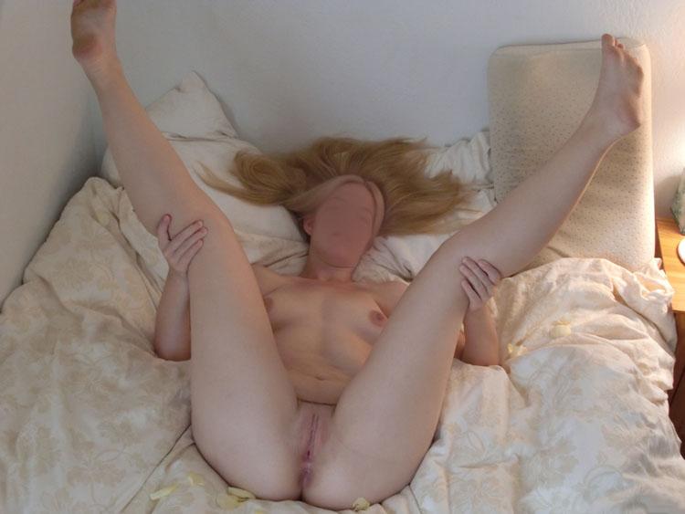 Blonde exhibe sa chatte
