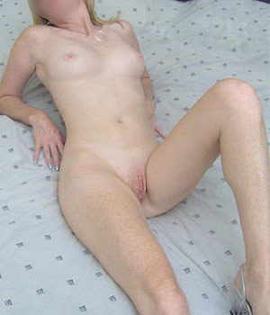 Femme mature rousse exhibe sa chatte rose