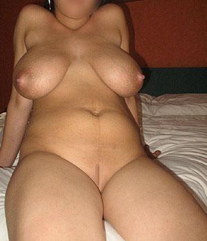 Grosse paire de seins et chatte lisse