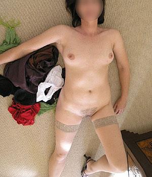 Femme mariée nue (chatte poilue et bas nylon)