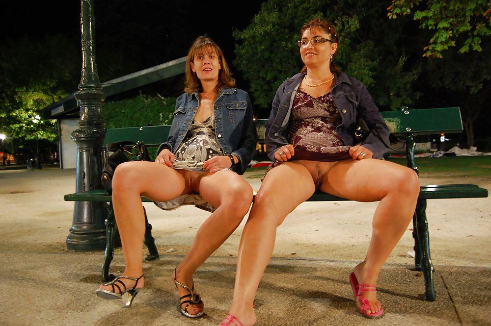 exhib chatte sur un banc public à Paris