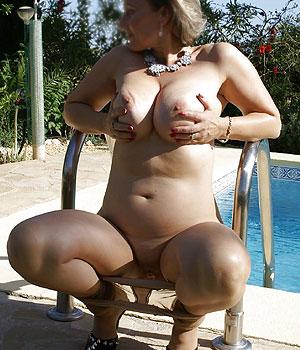 Femme cougar exhibe ses gros seins au bord de la piscine