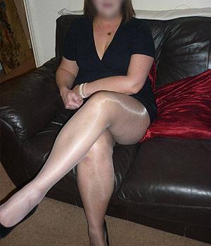 Femme Cougar montre ses belles jambes en collants