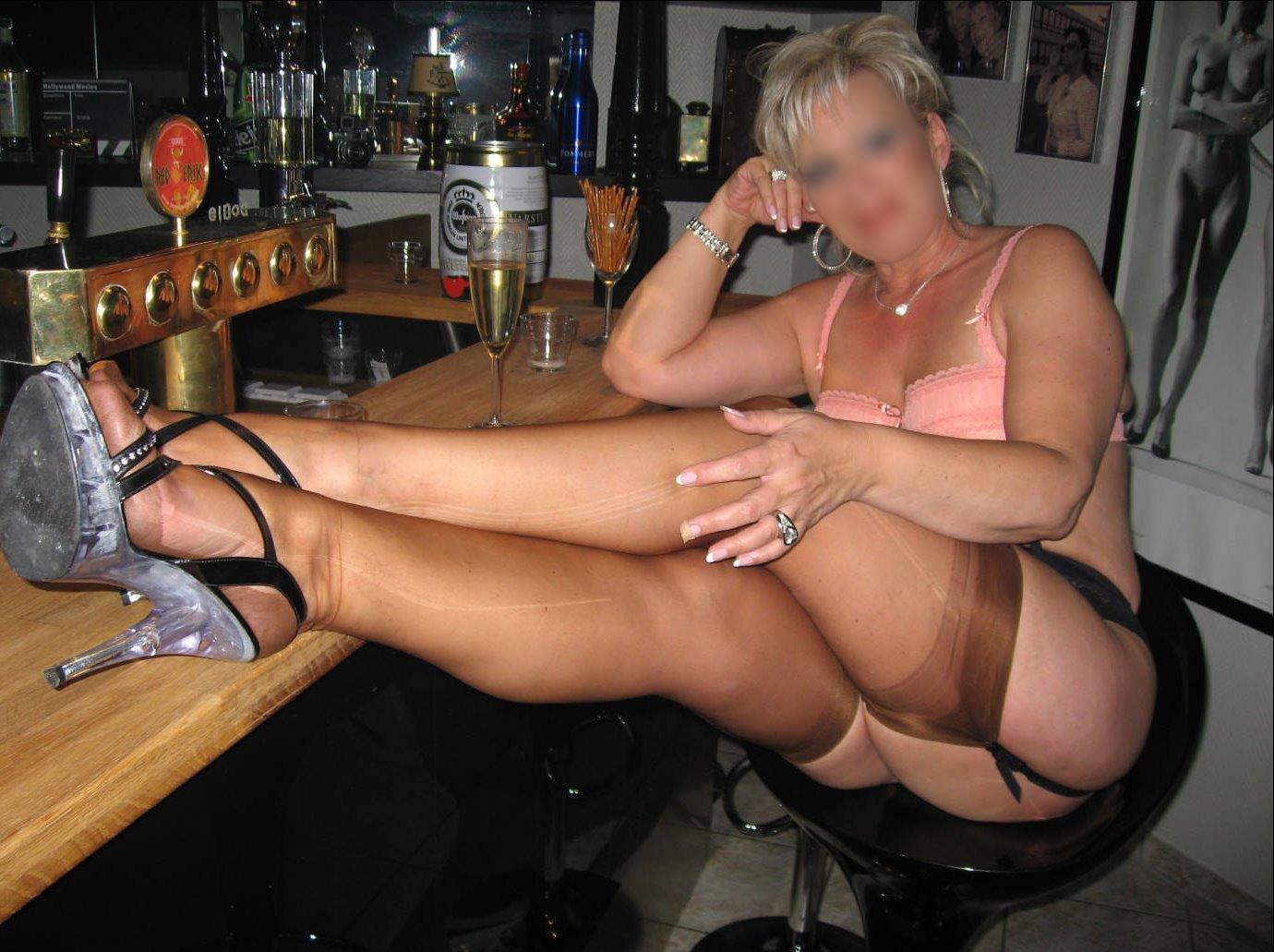 Femme mûre dans un club privé libertin