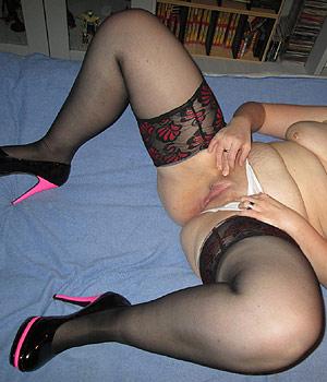 Femme se masturbe et exhibe sa chatte