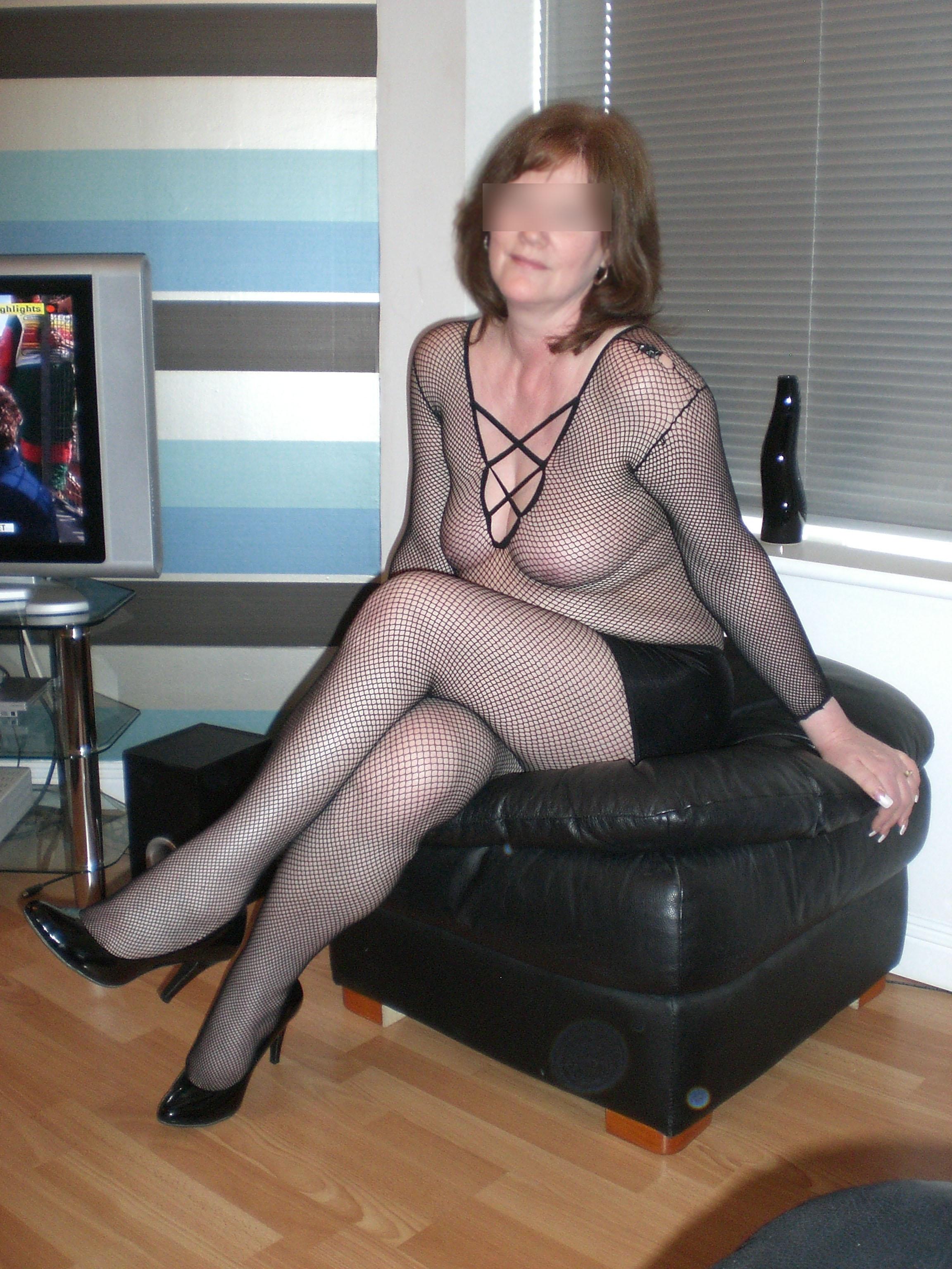 Femme sexy en collants et sans soutiens-gorge