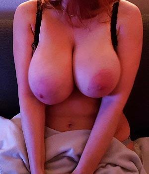Exhibe sa grosse paire de seins sur son lit