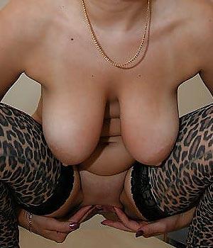 Exhibe sa belle paire de seins naturels