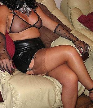 Femme mûre en lingerie sexy et soutien-gorge transparent