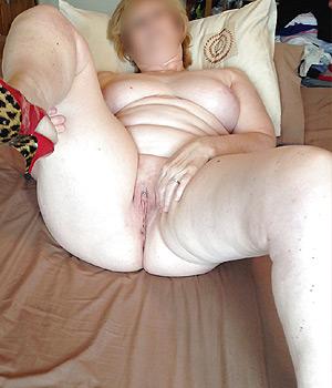 Femme montre sa belle et grosse chatte