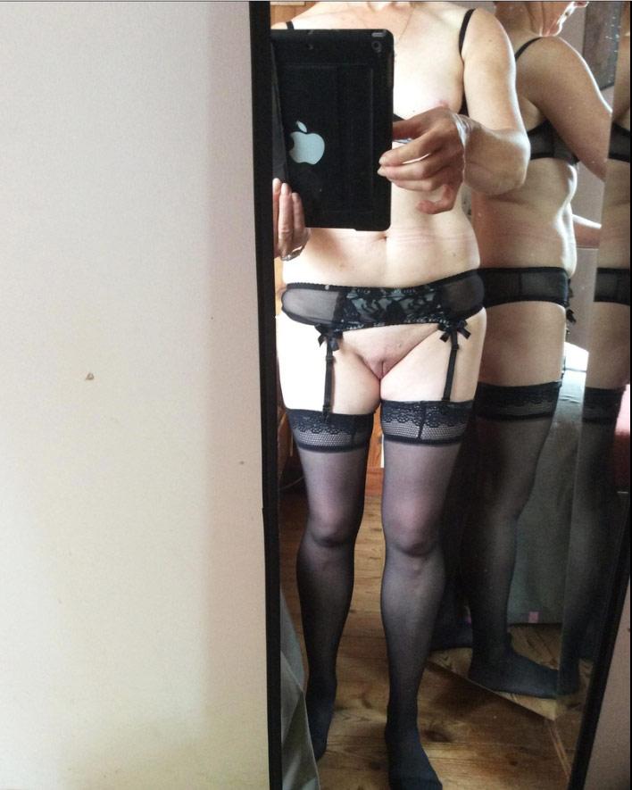 Femme mature en lingerie fait un selfie