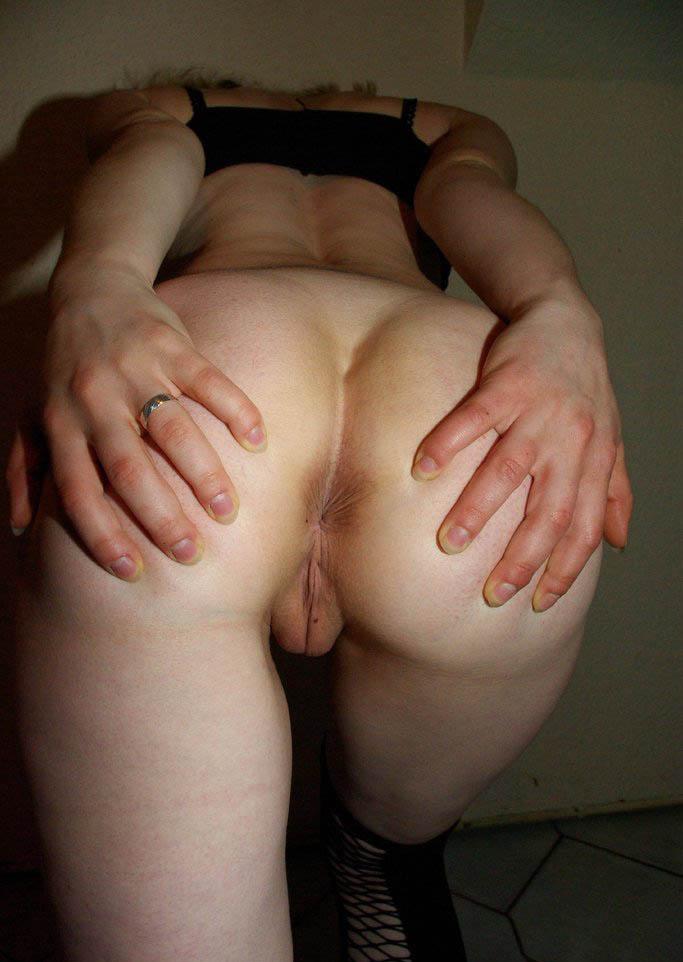 Écarte ses fesses et exhibe son trou du cul