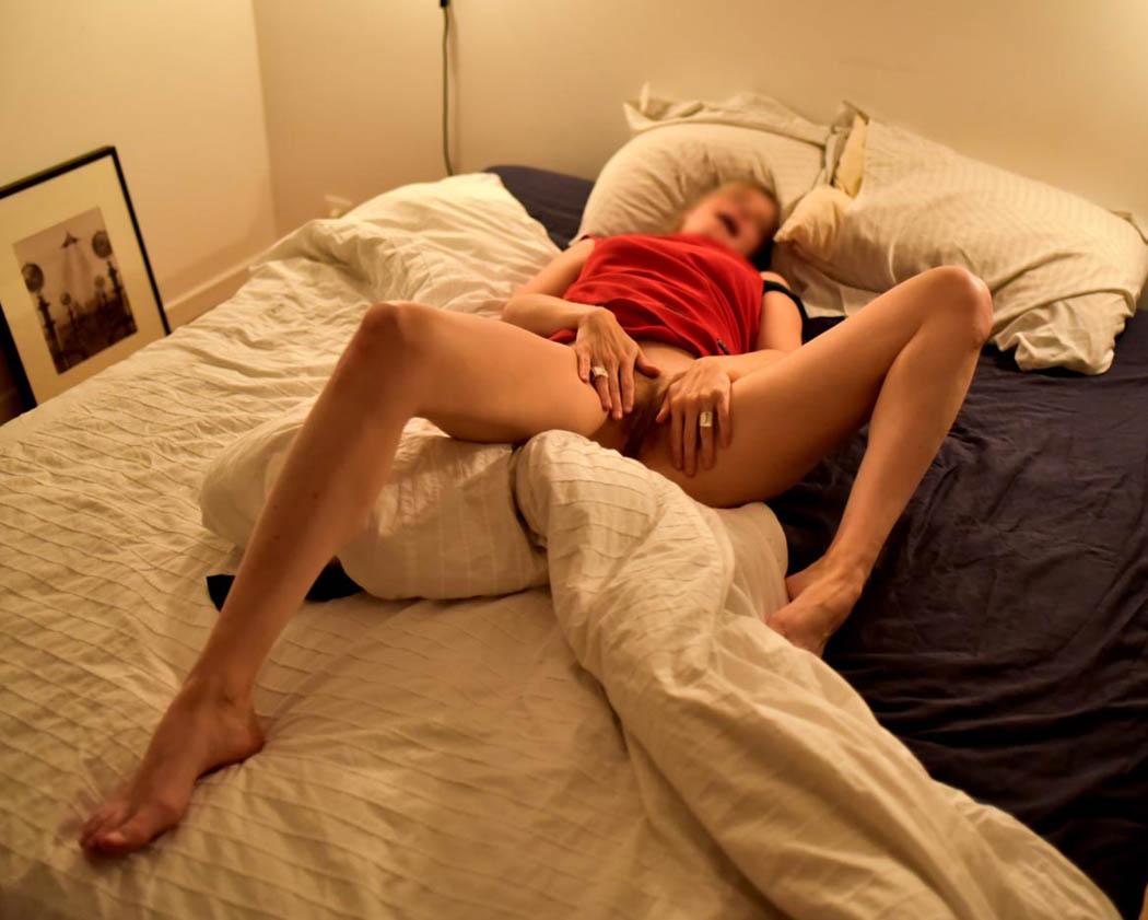 Masturbation intime sur le lit