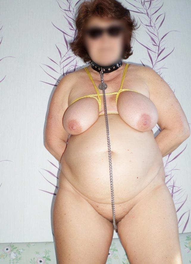 Femme Sado Maso bonda ge seins et chaînette dans la chatte