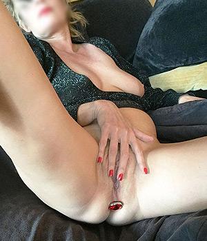 Femme blonde sexy se gode le sexe