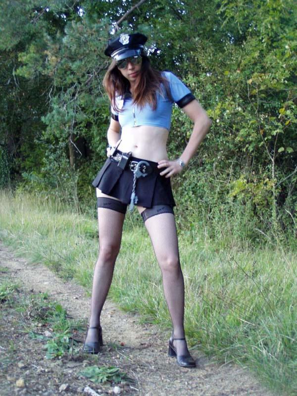 Mini-jupe et bas-nylon - Policière sexy