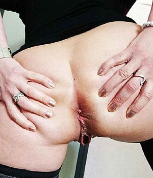 Femme mûre exhibe son joli petit trou du cul