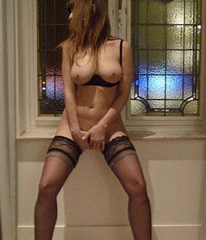Gros seins en lingerie coquine à l'hôtel (Paris)