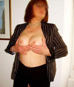 Sylviane exhibe sa grosse paire de seins