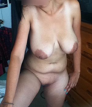 Jeune femme origine indienne belle paire de seins