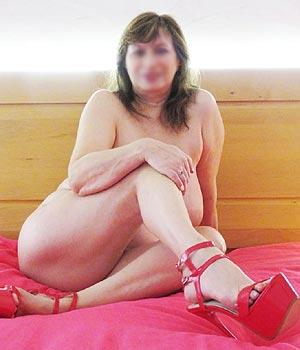 Femme Cougar nue sur son lit à Créteil (La Haye aux Moines)