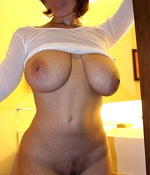 La grosse poitrine d'une femme Cougar à Quimper