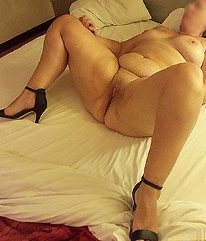 Femme nue dans son lit à St-Étienne