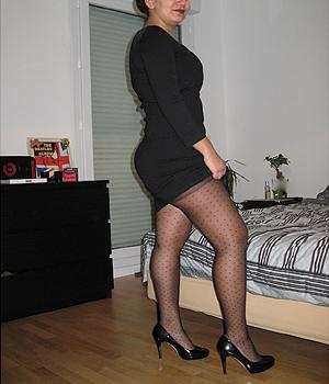 Beurette de 26 ans en robe moulante et collants sexy