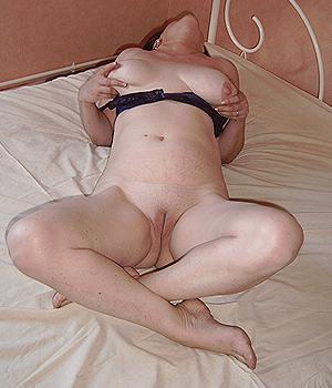 Femme Cougar de Melun toute nue, belle chatte lisse