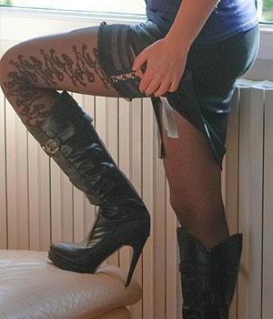 Femme Cougar de Védène (Vaucluse) en botte et bas nylon