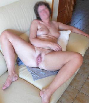 Femme mûre libertine exhibe son sexe