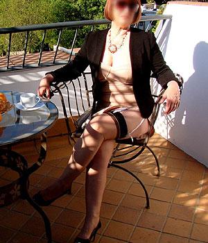 Femme Cougar de Saint-Estève en bas nylon sur sa terrasse ensoleillée