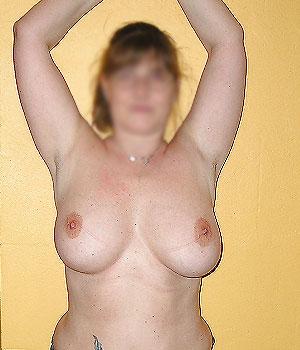 Femme mûre montre sa belle paire de seins